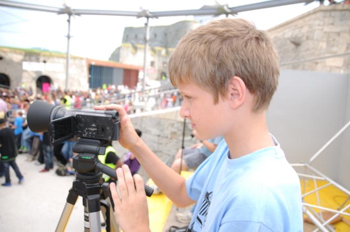 Schüler bei Filmaufnahme