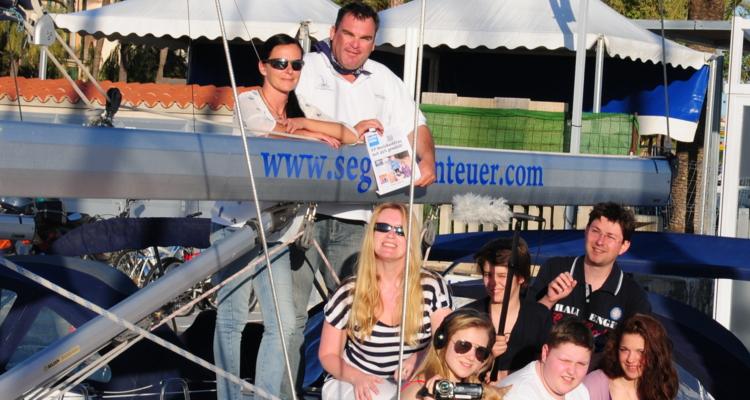 Die Gruppe mit Beat Fankhauser und Sarah, die auch auf  Mallorca das Bezirksblatt lesen.