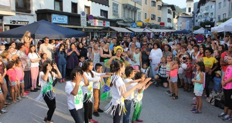 Graziela Halfinger vom Kulturverein Brasil und die afghanischen Kinder vom Flüchtlingsheim Badl begeisterten das Publikum mit einem brasilianischen Tanz