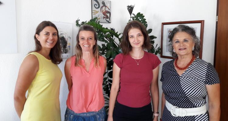 (von rechts) Bgm. Hedi Wechner, Europäische Freiwillige Réka Kapas, Monika Mair und Kadri Villem vom Verein komm!unity.