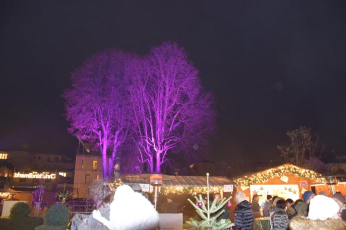 Christkindlmarkt erstrahlt in weihnachtlichen Farben