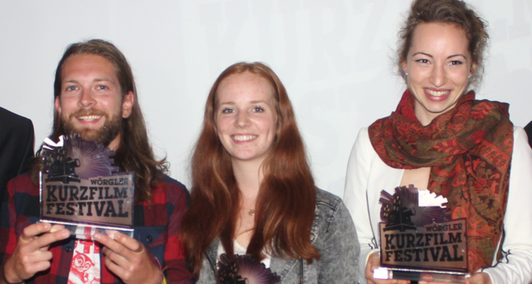 Die glücklichen Preisträger des 4. Wörgler Kurzfilmfestivals - v.l. Stefan Ringler für Heimschnee - Balloonskiing, Linda Gschwentner für Barstool Tune und Regina Speiseder für Störgeräusch