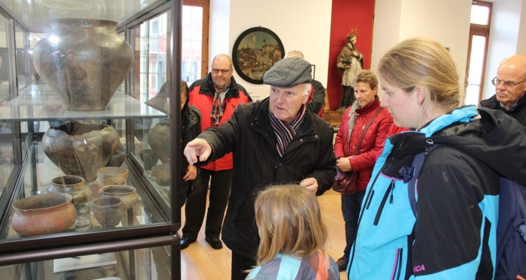 Museumsführer Hans Gwiggner bei der Museumsführung für die Wörgler Lesepaten.
