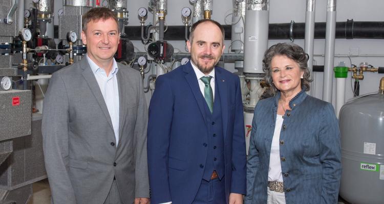 Von links: Mag. (FH) Reinhard Jennewein (Stadtwerke Wörgl), SPAR-Geschäftsführer Dr. Christof Rissbacher und Frau Bürgermeisterin Hedi Wechner nehmen die neue Fernwärmeversorgung für SPAR in Betrieb