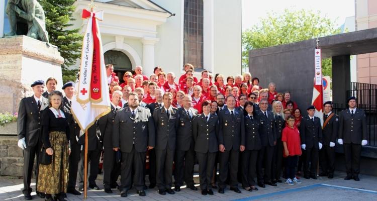Neue Fahne des Roten Kreuzes gesegnet