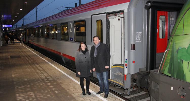 VVT-Prokuristin Nicole Saxer und ÖBB-Regionalmanager René Zumtobel hießen das neue Zugangebot am Innsbrucker Hauptbahnhof willkommen