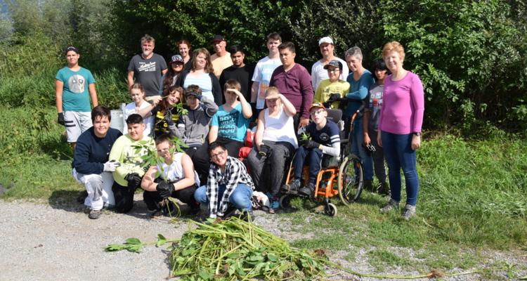 Die Schüler und Lehrer der Fritz-Atzl-Schule mit Direktorin Adelheid Eberl (r.) und Umweltbeauftragten