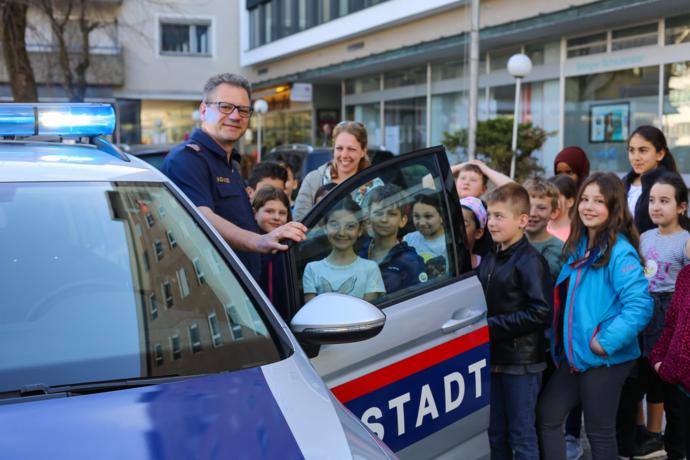 Volksschüler lernen das Stadtamt kennen