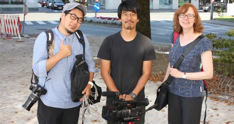 Shota Kobayashi,  Ken Ikeda und Dolmetscherin Gaby Bründl (von links nach rechts) bei den Dreharbeiten in Wörgl