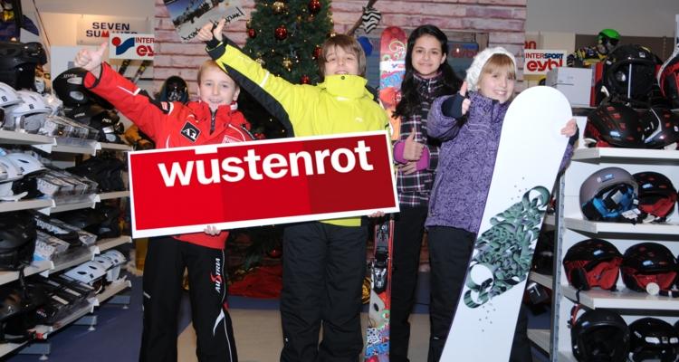 (v.l.) Lukas Grindhammer, Mathias Blanck, Özlem Cihangir und Silvia Ehrenstrasser von der 2A freuen sich auf eine erlebnisreiche Wintersportwoche.