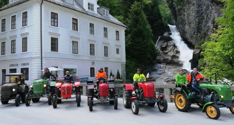 Wörgler Traktorfreunde besuchten Pfarrer Theo Mairhofer